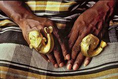 Donna ashanti che indossa imponenti anelli in oro a forma di pesce