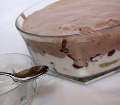Ez a nagyon régi, félelmetesen egyszerű és gyors desszert már majd' egy évtizede családi kedvenc. A férjem keresztanyukája készítette előszö... Desserts In A Glass, Cookie Desserts, No Bake Desserts, My Recipes, Sweet Recipes, Cake Recipes, Dessert Recipes, Easy Sweets, Hungarian Recipes