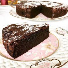 Hayır bu bir brownie değil ama bir kek olarak da brownie daha yakın bir lezzet olduğunu söylemeliyim. Dokusu nemli ama yoğun bir ç...
