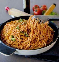 Superläcker rätt som du slänger ihop på nolltid. Spaghetti som blandas med en krämig tomatsås. Du kan servera pastan som den är med riven parmesanost eller så kan du ha köttbullar eller något annat gott bredvid. Det är nästan exakt samma recept på denna krämiga pastan som finns HÄR! I recept nedan har jag bara skippat osten i såsen och valt spaghetti istället. 6 portioner 500 g spaghetti Tomatsåsen: 1 lök 2-3 vitlöksklyftor 2 pkt krossad tomat (ca 400 g styck, gärna finkrossad) 2-3 dl grädd... I Love Food, Good Food, Yummy Food, Easy Healthy Recipes, Vegetarian Recipes, Food Porn, Zeina, Swedish Recipes, Pasta Recipes