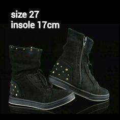READY STOCK KIDS LEATHER BOOTS KODE : NORWAY BLACK Size 27 PRICE : Rp.205.000,- AVAILABLE SIZE : - Size 27 (insole 17cm)  Material : Full Leather (Genuine Leather/Kulit Asli),Sol karet lentur. Ringan dan nyaman sesuai utk anak-anak.  Insole = panjang sol dalam. Ukurlah panjang telapak kaki anak, beri jarak minimal 1,5cm dari insole.  FOR ORDER : SMS/Whatsapp 087777111986 PIN BB 766A6420 FB : Mayorishop  #pusatsepatubootsanak #readystock #sisaekspor #originaleuropebrand #exportquality…