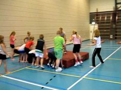 `t Vrieske Honk gym groep 6 7 8 rollen met de grote mat 2 Parkour, Sports Day, Experiential, Physical Education, Teamwork, Games For Kids, Physics, Basketball Court, Classroom