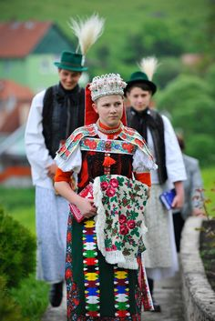 Kalotaszeg is a well-known cultural region of Transylvania (Romania) located east of the mountain range that separates the Transylvanian Ba. Folk Costume, Costumes, Budapest, Transylvania Romania, Hungarian Embroidery, Folk Dance, People Of The World, Ethnic Fashion, World Cultures