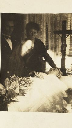 19 Creepy Ghost Photos That Will Give You Goosebumps Images Terrifiantes, Ghost Images, Ghost Pictures, Ghost Pics, Family Pictures, Spooky Places, Haunted Places, Haunted Houses, Fotografia Post Mortem