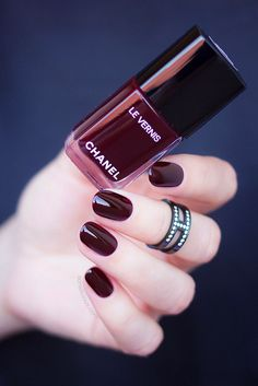 This Is The Most Popular Dark Red Nail Polish In The World! dunkelrot, This Is The Most Popular Dark Red Nail Polish In The World! Chanel Nail Polish, Chanel Nails, Red Nail Polish, Burgundy Nail Designs, Red Nail Designs, Uv Gel Nagellack, Nagellack Trends, Dark Red Nails, Burgundy Nails