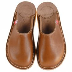 Duckfeet - Blavand - Leather clogs ➽ Dispatch within - Buy online now! ✓ 30 Day Return Policy ✓ Expert advice ✓ Free delivery to UK Leather Slippers, Leather Clogs, Leather Sandals, Equestrian Boots, Western Boots, Leather Shoes Online, Clog Sandals, Luxury Shoes, Slippers