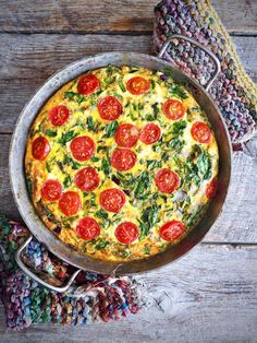 Frittata med spinat, tomater og ost – Food On The Table – Oppskrifters Jalapeno Popper Dip, Frittata, Cupcakes, Snacks, Tex Mex, Tapas, Nom Nom, Food And Drink, Menu