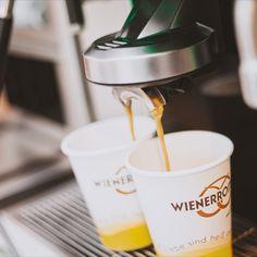 Der Kaffee läuft - sportlicher wird's heute nicht. 😄 Und wie steht's bei Dir? #coffeetogo, #espresso, #verlängerter, #americano, #cappuccino, #gutenmorgen, #goodmorning, #letsstarttheday, #huginamug, #energiekick, #zummitnehmen, #wienerroither, #maguat foto: @Sepiafilm + Fotografie Espresso, Kaffee, Espresso Coffee, Espresso Drinks