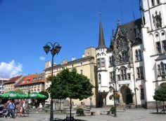 Ząbkowice Śląskie znane też jako miasto Frankenstein charakteryzuje się kameralnym klimatem oraz odwiedzane jest licznie przez wycieczki szkolne w których planach znajduje się muzeum Dr. Frankensteina. Więcej na http://diananoclegi.pl/zabkowice-slaskie-noclegi