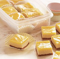 Lemon Cheesecake Squares You can substitute lower-fat cream cheese for regular, if you like. The cheesecake itself will be slightly less creamy but still fabulous. Lemon Desserts, Köstliche Desserts, Lemon Recipes, Sweet Recipes, Delicious Desserts, Dessert Recipes, Yummy Food, Lemon Cheesecake Bars, Cheesecake Squares