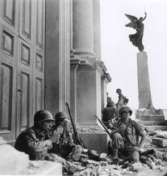Robert Capa in Italia 43-44. American soldiers to Troina, in front of the Cathedral of Maria SS. Annunziata, 1943. #WWII #history #photography
