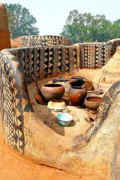 En Tiébélé, Burkina Faso, las casas están hechas con tierra y decoradas con patrones geométricos que hacen de ellas obras de arte.  http://www.labioguia.com/tiebele-el-pueblo-africano-donde-las-casas-son-obras-de-arte/