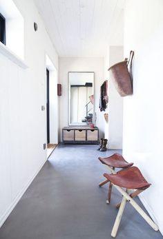 Din entre kan indrettes lige så forskelligt som alle andre a Grey Flooring, Carpet Flooring, Grey Hallway, Corridor Design, Black Floor, Home Cinemas, Painted Floors, Concrete Floors, Living Spaces