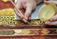 Restauración de dorados en encuadernaciones en piel.