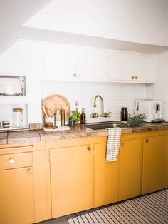 Yellow Kitchen Color Ideas: Inspiration and Best Paint Colors Mustard Kitchen, Mustard Yellow Kitchens, Yellow Kitchen Cabinets, Kitchen Yellow, Yellow Kitchen Designs, Swedish Kitchen, Devol Kitchens, Kitchen Paint Colors, White Countertops