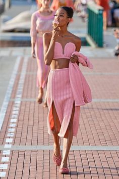 The complete Marco de Vincenzo Spring 2020 Ready-to-Wear fashion show now on Vogue Runway. 2020 Fashion Trends, Fashion Mode, Pink Fashion, Fashion 2020, Runway Fashion, Fashion Show, Fashion Outfits, Fashion Black, Fashion Spring