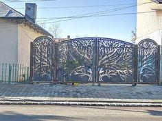 Ultimele tendințe în materie de design exterior sunt gardurile traforate. 📸Surprindeți-vă vecinii cu un gard metalic per... Design Exterior, Bucharest, Doors, Furniture, Home Decor, Slab Doors, Homemade Home Decor, Home Furnishings, Interior Design