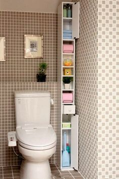 ☺ Have you seen this small bathroom idea? Discover numerous small bathroom design ideas in our post: storage, design, remodel, before and after… Home Organization Hacks, Bathroom Organization, Organized Bathroom, Organizing Ideas, Small Apartments, Small Spaces, Diy Casa, Small Bathroom Storage, Toilet Storage