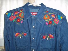 camisa de jean bordada con lana Embroidery On Clothes, Embroidered Clothes, Embroidered Jacket, Diy Embroidery, Embroidery Stitches, Chemises Country, Jean Crafts, Denim Ideas, Old Jeans