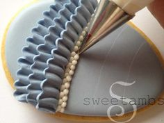 How to pipe ruffles and bead borders (Sweetambs). Beautiful.