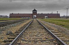 Auschwitz:  Über diese Schienen wurden die Häftlinge aus ganz Europa in das...