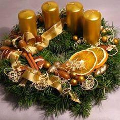 Adventní věnec klasický Christmas Wreaths, Christmas Decorations, Table Decorations, Holiday Decor, Advent Wreath, Centerpieces, December, Candles, Flowers