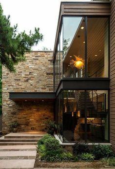 materiais para a fachada:pedras rústicas fazem contraste com o vidro e madeira