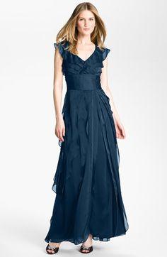 Robe+longue+bleue+effet+volants+portée+par+Padma