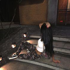 "22 mil curtidas, 223 comentários - ✨ Carla Borges ✨ (@carlaborgess2) no Instagram: ""passando pra fala q eu n brinco em serviço  ✨16HRS hj tem playlist haha brota geral lá ein ✨"" Chola Girl, Night Vibes, Foto Casual, Artsy Photos, Bad Girl Aesthetic, Insta Photo Ideas, Best Friend Pictures, Tumblr Fashion, Tumblr Photography"