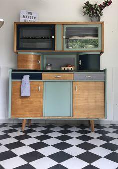 Le buffet Mado Cyprien a été entièrement restauré et relooké. Ses nouvelles couleurs : Bleu Profond, Vert Mint et chêne Miel. Atelier proche de Nantes.