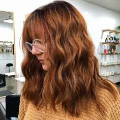 Hairstylist Ashley King (@kingashleyhair) made this fall hair very cute and ultra-stylish! We got a list where you can find the trendiest auburn hair inspirations like this one. Click the link! #auburnhair #auburnhaircolor Hair Color Auburn, Auburn Hair, Hair Color Shades, Hair Colors, Red Brown Hair, Red Hair, Latest Hairstyles, Hairstyles With Bangs, Fall Hair