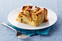 Start unwrapping the caramels for this scrumptious Slow-Cooker Apple Bread Pudding with Warm Butterscotch Sauce. It Crock Pot Desserts, Slow Cooker Desserts, Apple Desserts, Slow Cooker Recipes, Crockpot Recipes, Cooking Recipes, Slow Cooking, Fall Desserts, Apple Recipes