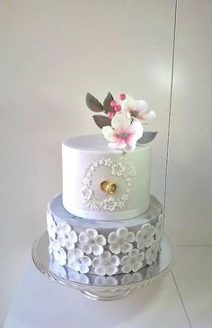 A little wedding with rings by Frufi - http://cakesdecor.com/cakes/284603-a-little-wedding-with-rings