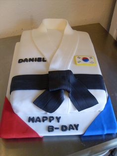 Cool tkd cake hmmm maybe for a black belt party for the ninos