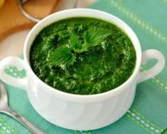 Nettle soup is a traditional Irish soup prepared from stinging nettles. Cookbook Recipes, Soup Recipes, Healthy Recipes, Fish Dishes, Tasty Dishes, Salsa Pesto, Cancer Fighting Foods, Romanian Food, Gastronomia