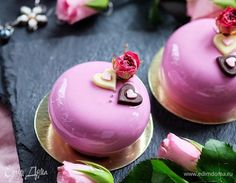 Эти пирожные (рецепт и дизайн) я придумала специально для всех влюбленных. Оно только внешне такое нежное и невинное, внутри него бушуют страсти! Только вслушайтесь в состав: сочный шоколадный биск...