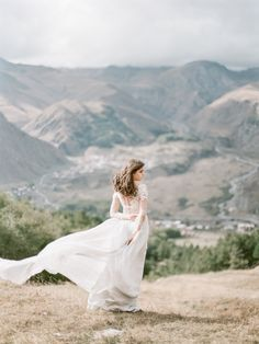 Ethereal Mountain Bridal Inspiration in a long sleeve lace wedding gown | Wedding Sparrow | Elena Pavlova #weddingdress #weddingideas #mountainwedding