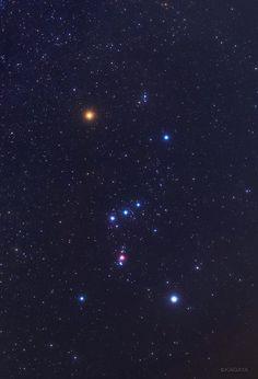 KAGAYA @KAGAYA_11949  2月15日 冬の夜空に目を引くオリオンの三ツ星。 その下に縦に並んだ小さな星の並び(小三ツ星)。 この小三ツ星の真ん中、写真で赤くぼんやり写っているのがオリオン大星雲です。