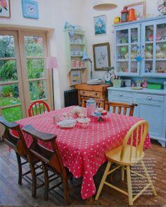 Cozinha colorida e com cara de casa de vó.