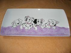 Ce plat à cake ou de service (30 cm x 15 cm)est en porcelaine décorée à la main. Il représente des dalmatiens. Ceux ci ne vous dévoreront pas vos gâteaux mais seront du plus - 17975144