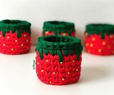 Diy Crochet Basket, Crochet Bowl, Crochet Diy, Crochet Basket Pattern, Crochet Toys Patterns, Crochet For Kids, Crochet Stitches, Crochet Christmas Trees, Christmas Baskets