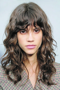 camille charri¨re got the ultimate french girl haircut and 15 curly bangs that prove this 2020 hair trends is hot … Curly Hair With Bangs, Short Hair With Bangs, Curly Hair Styles, Bangs Ponytail, Natural Wavy Hair, Long Curly Hair, Natural Hair Styles, Thick Hair, Natural Makeup