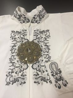 FINN – Skjorte til bunad fra Øst Telemark, prinsesse- eller ranke-mønster, NY Abayas, Norway, Brooch, Stitch, Art, Fashion, Craft Art, Moda, Full Stop