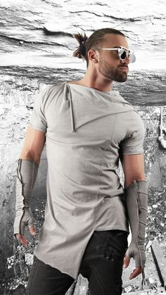 Shop for mens asymmetrical tee on Differio. See the latest in mens long t-shirts from longline t-shirts to asymmetric tees. Buy the asymmetrical tee here! New Mens Fashion, African Men Fashion, Mens Fashion Suits, Mens Tee Shirts, My T Shirt, Look Man, Lambskin Leather Jacket, Mens Style Guide, Jeans And Sneakers