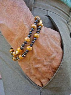 Hippie-Mens Semi Precious Black Türkis Cabrio Armband mit Doppelstränge, die Sie als Halskette tragen können. Eine klassische Kombination von schwarz und Messing abwechselnd mit Holz Mala Perlen in der Farbe Honig. Wie eine Armband eine Handgelenk 7 1/2 bis 8 1/2 Zoll passen und als Halskette misst er 16 1/2 Zoll (41,9 cm). Sehr angenehm zu tragen, da es in hochwertige elastische Schnur Perlen wurden hat.  Türkis Ein Master Heilung Stein. Fördert gesunde Beziehungen, zieht Glück, Wohlstand…