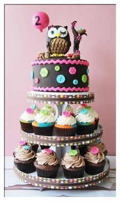 Owl cake with cupcakes. Pretty design for a shower or birthday party! Not only is the owl just adorable, the buttons add a whole extra element of cuteness!