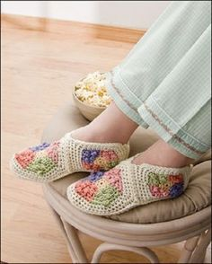 22 ideas for crochet slippers granny square ideas Crochet Scarf Easy, Crochet Baby Cardigan, Crochet Bikini Pattern, Crochet Baby Boots, Crochet For Beginners Blanket, Crochet Mittens, Booties Crochet, Mittens Pattern, Crochet Flower Patterns