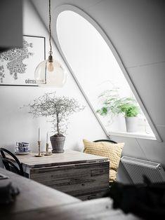 Fiecare colț din această mansardă de numai 31 m² din Suedia funcționează ca și o zonă distinctă. Bucătăria este separată vizual de un...
