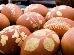 œufs de Pâques originaux avec feuilles et fleurs: le résultat ; fleurs et feuilles sur oeuf, serrer dans un bas et tremper dans peinture