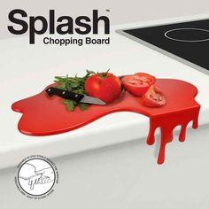 Una tabla de cortar que se ve como pintura (o sangre) derramada.
